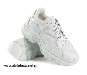 Sneakersy do marynarki - hit czy kit?